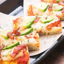 モッツァレラチーズとアボガドの角ピザ