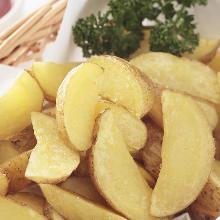 Fried unpeeled potatoes