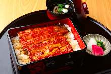 Medium eel served over rice in a lacquered box
