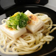 Wheat noodles with grilled rice cakes