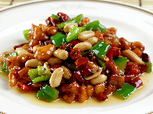 Stir-fried chicken and peanuts