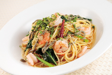 Soup spaghetti with shrimp and other seafood