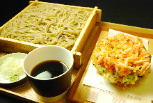 Buckwheat noodles served on a bamboo strainer with mixed tempura