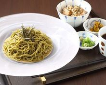 Tea-flavored buckwheat noodles