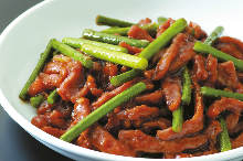 Stir-fried beef and garlic scapes