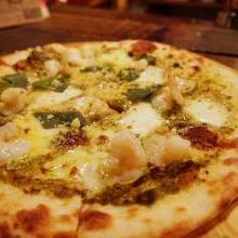 Shrimp and basil sauce pizza