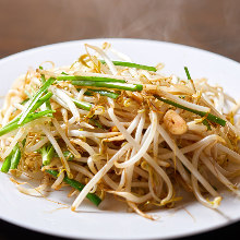 Stir-fried garlic chives and bean sprouts
