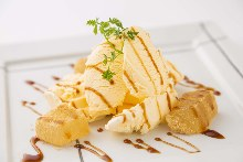 Warabimochi (bracken-starch dumplings) and ice cream