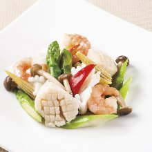 Stir-fried shellfish, shrimp, and squid