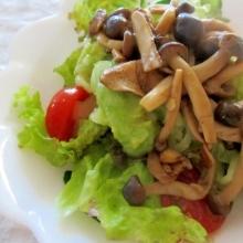 キノコと十種野菜のオリジナルサラダ