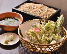 Wheat noodles served on a bamboo strainer with vegetable tempura