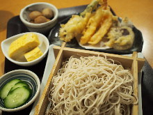 Soba noodles served on a bamboo strainer and tempura meal set