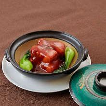 皮付き三枚肉の紅米煮込み 旬野菜添え