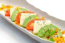 トマトと豆富とアボカドのカプレーゼ