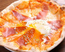 Prosciutto and codded egg pizza