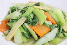 Stir-fried Chinese cabbage and garlic with salt