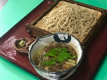 Buckwheat noodles served on a bamboo strainer with duck