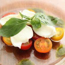 カラフルトマトと水牛モッツァレラのカプレーゼ