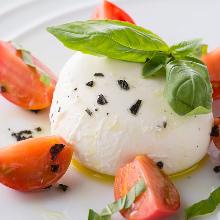 酪恵舎のまるごとモッツァレラチーズと井出トマト農園のトマトのカプレーゼ