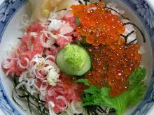 Minced raw tuna and salmon roe rice bowl