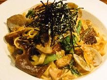 Pasta with manila clams and mushrooms