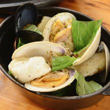 Shellfish steamed with white wine