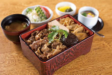 Sukiyaki served over rice in a lacquered box (meal set)