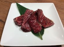 Thickly sliced premium beef skirt