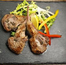 Grilled lamb chops with herbs