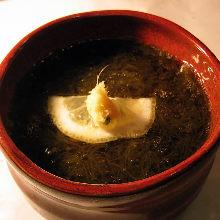 Mozuku seaweed dressed with vinegar