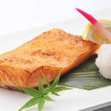 Salmon grilled with salt