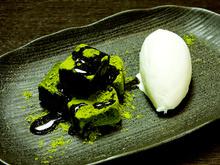 Warabimochi (bracken-starch dumpling covered in sweet, toasted soybean flour)