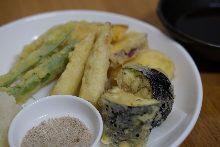 Assorted tempura of 5 kinds of seasonal vegetables
