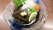 Mozuku seaweed dressed with vinegar