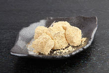 Warabimochi (bracken-starch dumpling covered in sweet, toasted soybean flour)