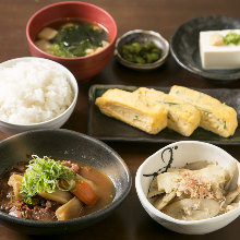 Set meal of beef sinew radish, Japanese omelet, bamboo shoots and burdock cooked with bonito flakes