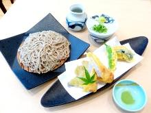Buckwheat noodles served on a bamboo strainer with chicken
