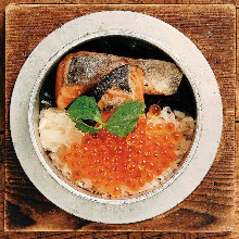 Salmon and salmon roe kamameshi (pot rice)