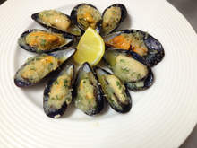 Grilled mussels with garlic