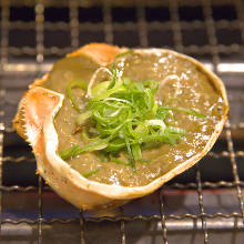 Grilled crab meat and tomalley in shell