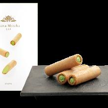 Senbei (rice cracker) containing matcha cream