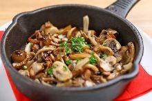 Mushrooms stir-fried with garlic