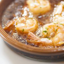Grilled shrimp and garlic with butter