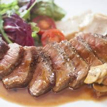 Beefsteak with common mushroom sauce