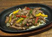 牛肉の黒胡椒鉄板焼き