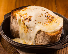 Oven-baked bread with garlic