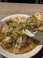Mayonnaise and teriyaki chicken pizza