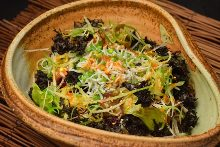 Wakame salad with ingredients stewed in sake and olive oil