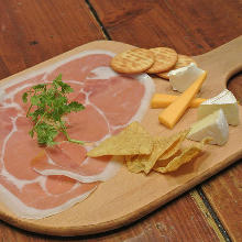 チーズと生ハムの盛り合わせ