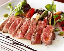 【予約必至】牛肉のステーキ マデラと黒コショウのソース